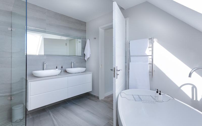 bathtub and towel rack